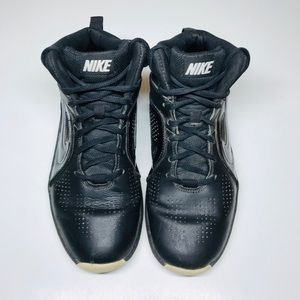 NIKE TEAM HUSTLE D6 (GS) BASKETBALL SHOES.